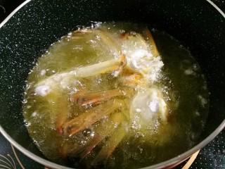 香辣大闸蟹,油七层热时,下蟹炸至变红色后捞出。