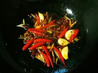 香辣大闸蟹,加一大勺豆瓣酱炒出红油。