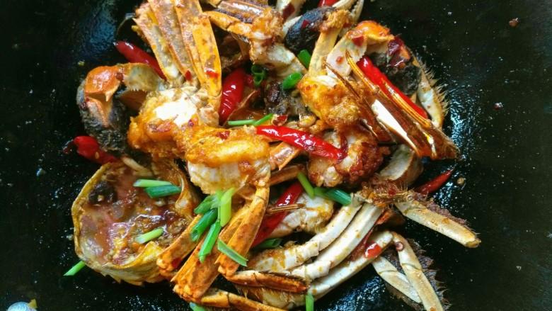 香辣大闸蟹,出锅前撒上葱花即可。