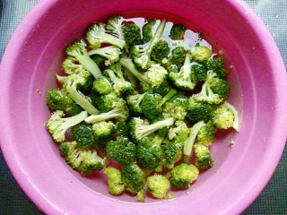 田园西兰花小炒,西兰花洗净掰小朵,用盐水浸泡10分钟