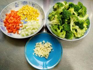 田园西兰花小炒,西兰花捞出沥水,西兰花茎去皮切小丁,胡萝卜切小丁,大蒜拍扁切碎备用