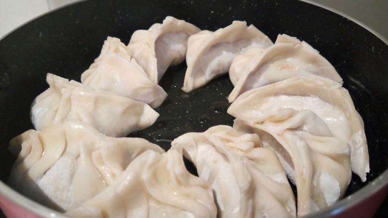 蛋抱韭菜饺子,饺子依次码在不粘锅里,放一点点油,先开小火煎,