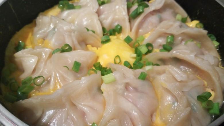 蛋抱韭菜饺子,鸡蛋液也熟了,撒点小葱提香。