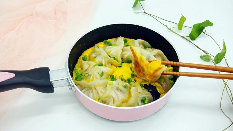 蛋抱韭菜饺子,父子俩的早餐,还泡了一碗紫菜汤。
