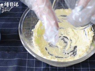 想换新口味?一把青葱带来的意外口感,一次性加入糖粉,打发至黄油颜色发白体积膨胀。