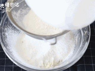 想换新口味?一把青葱带来的意外口感,筛入低筋面粉,用压拌的手法混合均匀无干粉即可,切记不要混合过度,以免在烤制时花纹消失。