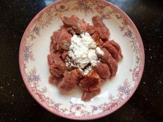 爆炒牛肉,加入2勺生粉,加生粉炒出的牛肉比较嫩,滑。