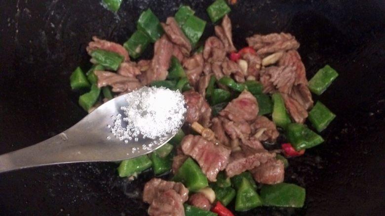 爆炒牛肉,加1勺白糖。