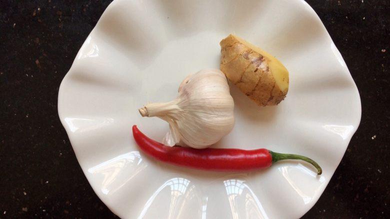 爆炒牛肉,准备小辣椒1个,蒜头,姜。