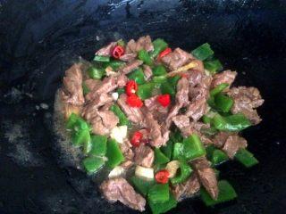 爆炒牛肉,放好调味料,大火翻炒片刻,装盘。