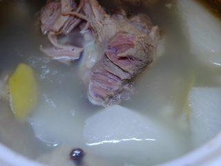 薏米萝卜大骨汤,煲两小时的骨汤:汤白色清,美味鲜甜