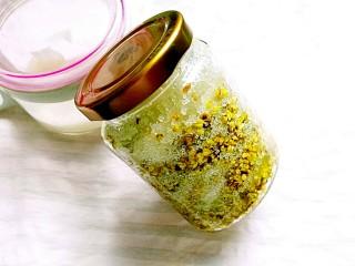桂花松糕,保鲜膜封口,上锅蒸10分钟,晾凉盖好盖子,冰箱冷藏一周就可以使用了