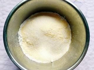 桂花松糕,取干净的料理盆放入糯米粉、藕粉、玉米面、白糖