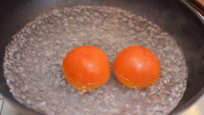 番茄炒蛋,放入番茄烫一分钟。中间翻滚一下。