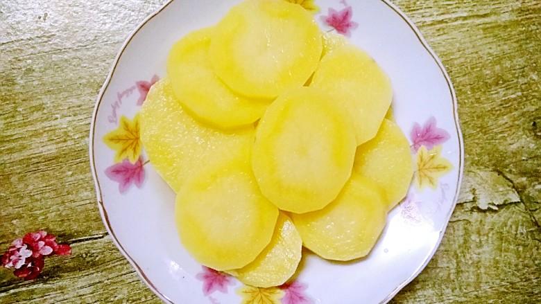 香辣土豆片,捞起来,沥干水分