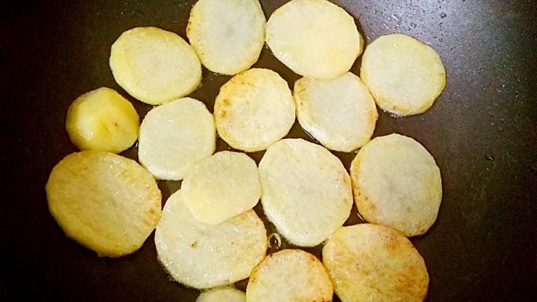 香辣土豆片,放入土豆片,煎至两面微黄