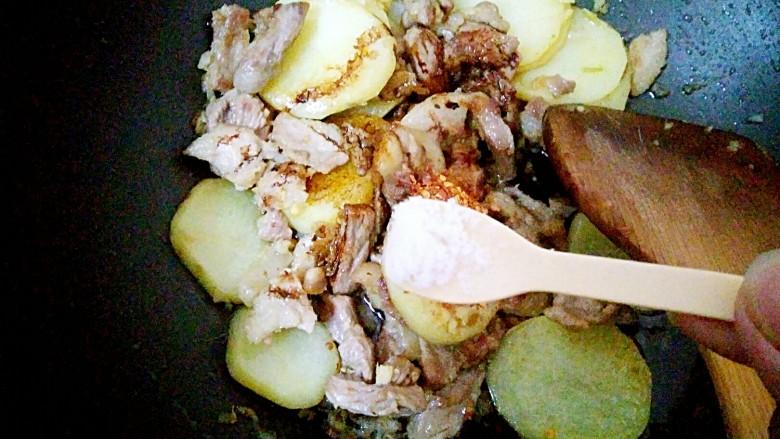 香辣土豆片,1克盐,翻炒均匀即可出锅啦
