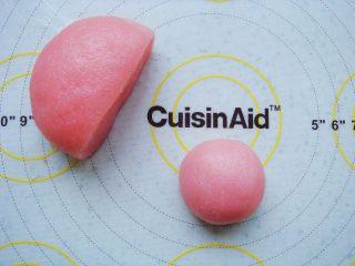 樱花和果子,晾至不烫手时,加入少许草莓果味粉趁热揉成光滑的面团。饼皮取40克一个的小剂子(不用涂手粉,完全不沾手的。)