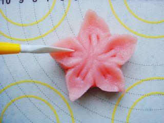 樱花和果子,每个花瓣轻压两道印痕。