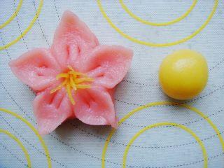 樱花和果子,取少许面团加入菠萝果味粉(黄色)覆盖住原色,搓小细条放在中间做花蕊即可。