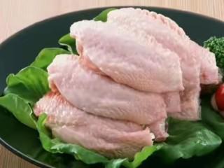 花样面条+鸡翅意面,将鸡翅两侧各斜着划两刀,方便入味,也美观。烧水将鸡翅煮熟,锅中可放姜片。煮好捞出备用