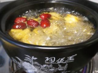 南瓜红枣小米粥,一煮开立马掀盖。