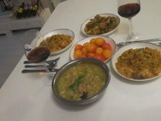 花样面条+鸡翅意面,配红酒,还有自己蒸的海棠果,再配牛肉汤和炒菜。犒劳妹妹。