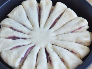 花朵紫薯面包,用剪刀,将面皮边缘剪开,均匀的剪成16等份,中间要留些距离。