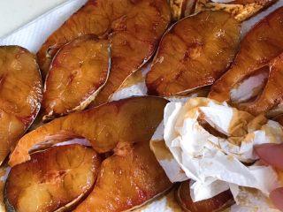 秘制酥鱼,再取些厨房纸吸干面上的水分