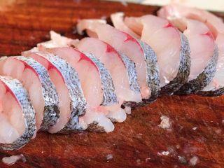 秘制酥鱼,鱼身切成1.5厘米左右的片,尽量切得厚薄均匀,按鱼骨的生长走势来切,会容易很多,也可以买的时候让卖家切好