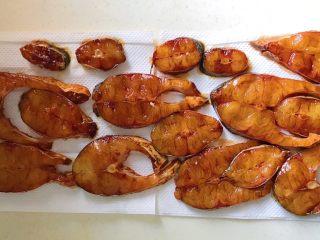 秘制酥鱼,铺在厨房纸上,为了吸干多余水分