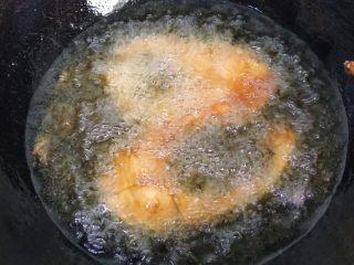 秘制酥鱼,第一次只要炸熟就可以了,因为还要经过第二次炸鱼肉才会酥脆