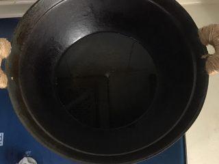 秘制酥鱼,锅里倒入适量的油,中火