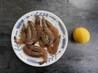 宝宝辅食~鲜虾松,首先准备食材:鲜虾半斤、柠檬半个(去腥)