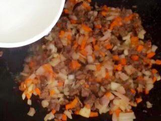 儿童牛肉香菇肉酱,加半碗水。