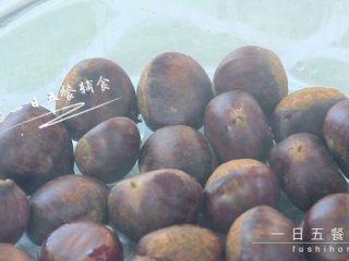 板栗泥 宝宝营养辅食,好吃又营养,板栗上锅蒸20分钟。