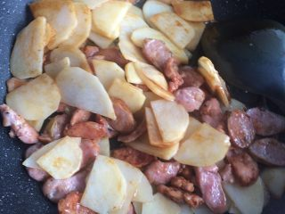 香肠土豆片,加入老抽调色。