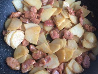 香肠土豆片,撒盐调味。