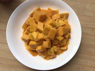 芒果牛奶千层糕,芒果去皮取肉