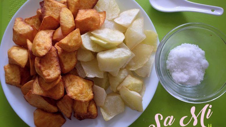 拔丝土豆红薯的做法 拔丝土豆红薯,将炸完控好油的土豆块和红薯块装盘待用