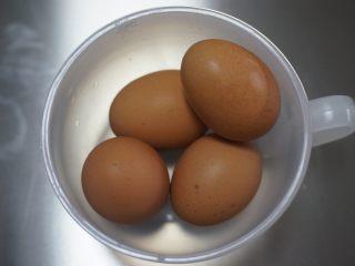 红丝绒奶油奶酪蛋糕,取4个冷藏过的鸡蛋,4个连壳不低于240g