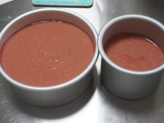 红丝绒奶油奶酪蛋糕,烤箱提前预热150度50分钟。 将混合好的面糊从20cm的高度倒入模具中,并用力的震几下模具,入烤箱。