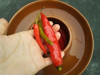 泡椒猪肝,抓出泡椒(今天不想太辣,所以没用小米椒)。