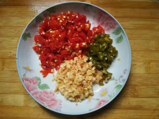 泡椒猪肝,泡椒切碎。