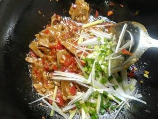 泡椒猪肝,加入葱丝,葱花翻炒均匀即可。