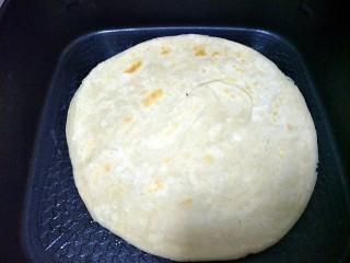 #咸味#+牛肉罩饼,饼上面有些鼓的时候,刷油,翻面