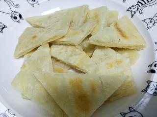 #咸味#+牛肉罩饼,饼变的两面金黄的时候出锅,这时候的饼外表脆里面嫩,直接吃也很香的。把饼切块放在碗底。