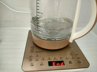 茶树菇鸽子汤,养生壶注入少量清水,选开水功能。