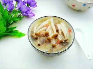 茶树菇鸽子汤,盛入碗里。