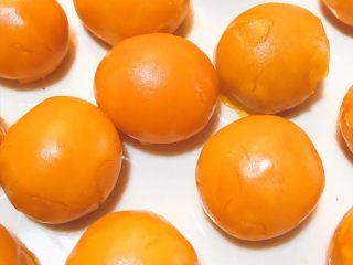 酥得掉渣的蛋黄酥,蛋黄蒸熟备用